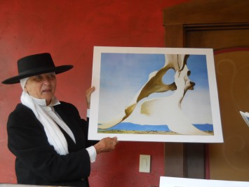 WC June10,2015 Walter's Bistro, docent of FAC Audrey McQuire  shows GeorgiaO'Keefe's painting